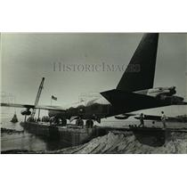 1985 Press Photo B-52 Bomber airplane loaded on a barge, Alabama - amra03706