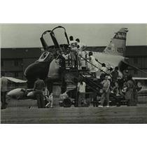 1986 Press Photo Brookley Air Show visitors looking at a F-4 Phantom, Alabama