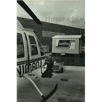 1987 Press Photo Paramedic Al Tucker prepares Southflite helicopter in Alabama