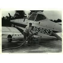 1987 Press Photo Man fueling a airplane, Freemanville, Alabama - amra06781