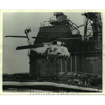 1987 Press Photo Helicopter Seahawk lands on USS Mobile Bay in Alabama