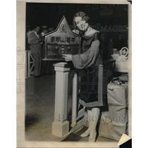 1926 Press Photo Miss Ethel Jackson with radio set at World's Radio Fair in NY