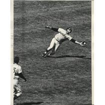 1968 Press Photo Bob Watson of Houston Astros makes great catch - lrs09391