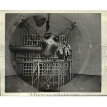 1942 Press Photo Engineers Watch An Engine In Operation At Cleveland Laboratory
