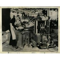 1937 Press Photo Sewing Machine Seam Spot Welding - RRW64575