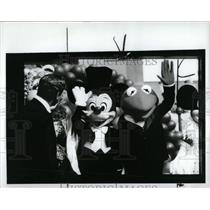 1990 Press Photo Disney World Kermit Mickey Hosting - RRY73121