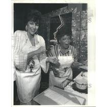 1985 Press Photo Fashion Designer Becky Bisoulis Oprah Winfrey Cooking