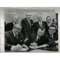 1964 Press Photo General Motors UAW Reps Sign Contract - RRX11079