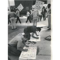 1973 Press Photo Fired Employes Pickets Hoffman Sign - RRU70407