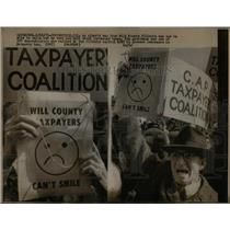 1973 Press Photo Elderly Man Will County Protests Taxes - RRX20135