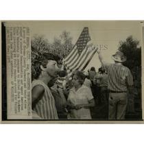 1973 Press Photo Fresno county American flag Picketing - RRW67029