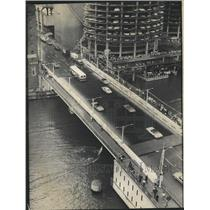 1970 Press Photo Man Attempts To Cross Chicago River - RRW51021