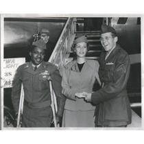 1953 Press Photo Wilbur Warring Stewardess Lynn Miller Peterson In Airport