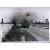 1972 Press Photo South River Rd Buses come close school - RRX55739