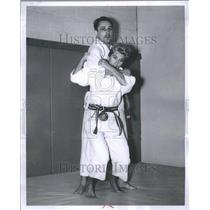 1961 Press Photo Mike Stanch Alna Samarian Shoulder - RRU11861