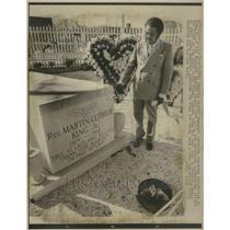 1972 Press Photo Ralph Abernathy Visits MLK's Grave - RRU04145