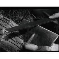 1977 Press Photo Gardener Sharpening Tools - RRW91239
