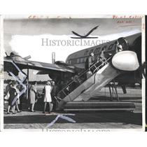 1979 Press Photo Passengers board Nomads DC-7 Bahamas - RRX97091