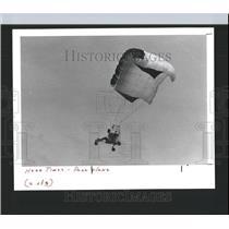 1988 Press Photo Duncan McNiece paraplane soars - RRX98829