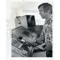 1977 Press Photo Controller At International Airport Tower Billy Givens