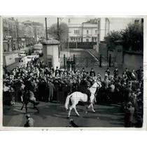 Press Photo Mounted police and crowd at prison where execution was performed