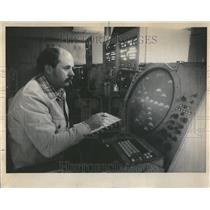 1975 Press Photo Don McCoy Air Traffic Controller - RRV43769