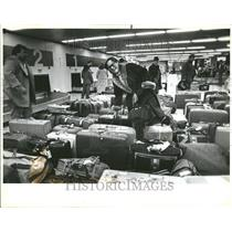 1983 Press Photo Passenger Searching Luggage OHare - RRV43963