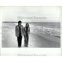 1980 Press Photo Beach Couples Romancing Chicago - RRW88947