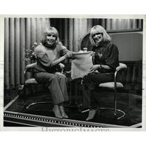 1982 Press Photo Marilyn Turner Patti Kearns TV Hostess - RRW83861