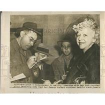 1943 Press Photo Mrs. Eddie Rickenbacker learns husband survived crash