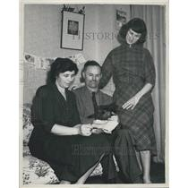 1952 Press Photo Mr. Reginald Stafford with his wife and daughter Kay