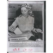 1970 Press Photo Italian actress Virna Lisi casts her ballot in Marino Italy