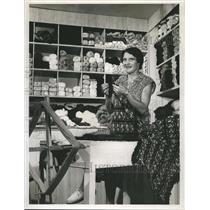 Press Photo Mrs. Ethel J. Horlock Doing Yarn Needlecraft Knitting Crocheting