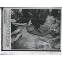1963 Press Photo Black man and white woman join hands in effort to block street