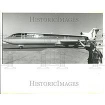 1984 Press Photo Bernie Powell Aircraft Mechanic Signal - RRV87361