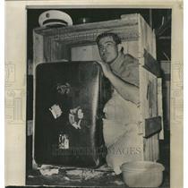 1965 Press Photo Gary Hatch Finds Brian Robson - RRV62423