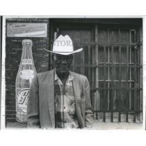 1975 Press Photo Man Wears Cowboy Hat In Oklahoma - RSH10603