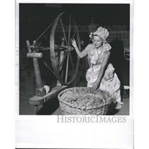 Press Photo Mrs. George Davis Working at Spinning Wheel Weaving - RSH43555