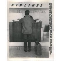 1966 Press Photo Upset Passenger At Airline Counter - RRU80645