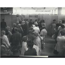 1970 Press Photo Passengers Wait Before The Cabins To Pass Swiss-Air Security