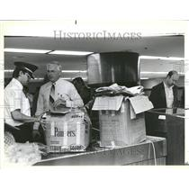 1985 Press Photo Airport officials discuss box contents - RRV44631