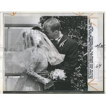 10966 Press Photo Patrick Nugent Kissing Bride Luci At Whitehouse After Wedding
