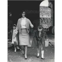 1966 Press Photo Taylor-Burton Children Liza Todd Maria Burton In Rome Nurse