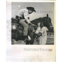 1961 Press Photo Cowboy Chuck Horne Says Goodbye to Wife & Kids Florida to Cali
