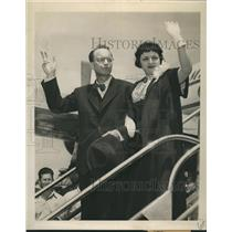 1953 Press Photo Journalist William N. Oatis & Wife After Release from Prison