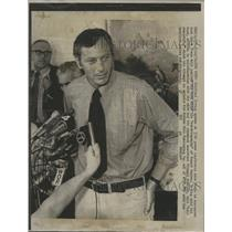 1972 Press Photo Author Clifford Irving discusses autobiography of Howard Hughes