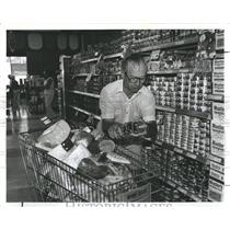 1981 Press Photo Supermarket Sweep Race Tom Como Winner - RSH96939