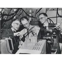 1959 Press Photo Emilio Serge & Owen Chamberlain, Clyde Wiegand Work Atomic Lab