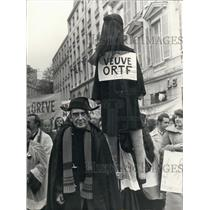 1974 Press Photo ORTF Demonstration in Paris with Man in Giscard d'Estaing Mask