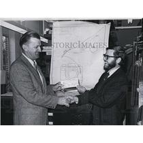 1974 Press Photo John Mason of Wood Oceanographic Institute & Capt Cyganowski